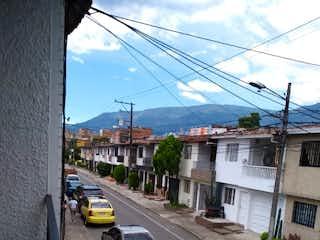 Un coche conduciendo por una calle al lado de un edificio en SE VENDE CASA EN ENVIGADO, ALCALA