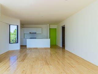 Una sala de estar con un suelo de madera dura en Desierto de los Leones 5338