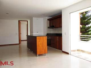 Una cocina con una estufa de refrigerador y armarios en Turcal De Alameda