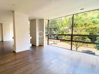 Una vista de una sala de estar con un gran ventanal en Apartamento en venta en El Retiro, de 186mtrs2