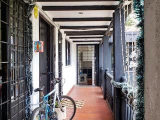 Una bicicleta estacionada delante de un edificio en Apartamento Venta o Arriendo en Nueva Autopista - Cedritos - Usaquén