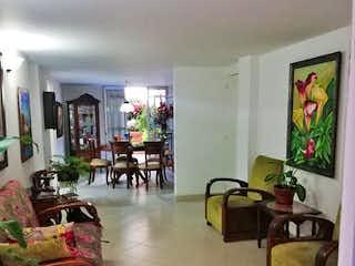 Una sala de estar llena de muebles y una televisión de pantalla plana en Apartamento en venta en Carlos E. Restrepo, de 210mtrs2