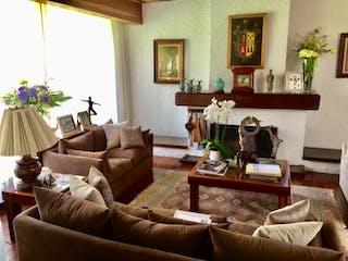 Una sala de estar llena de muebles y una chimenea en Casa en venta en Colonia Tlalpan, de 547mtrs2