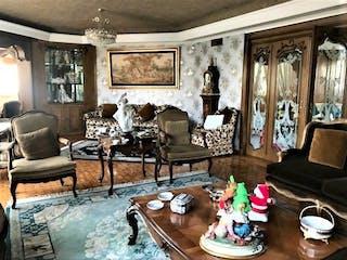 Una sala de estar llena de muebles y una chimenea en Casa en venta en Bosque De Las Lomas 760m² con Jardín...