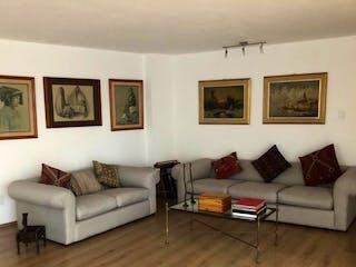 Una sala de estar llena de muebles y un suelo de madera en DEPARTAMENTO TOTALMENTE REMODELADO EN VENTA!!!!!
