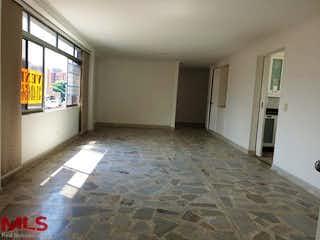 Una cocina con un fregadero y una alfombra en Sorrento