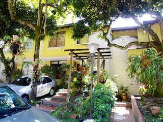 Un coche estacionado delante de una casa en Casa En Venta En Medellin Loma De Los Bernal