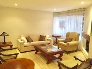 Una sala de estar llena de muebles y una ventana en Bogota, Venta Apartamento en Rosales 103 mts