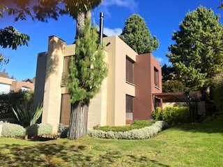 Un gran edificio con un reloj en el medio en Calera, Venta Casa en Arboretto 304 mts