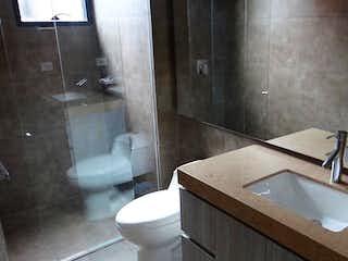 Un cuarto de baño con lavabo y ducha en Venta Apartamento 80 Mts en Santa Barbara Bogotá.