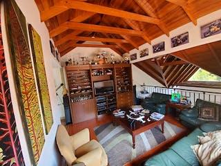 Una sala de estar llena de muebles y un techo de madera en Casa en venta en Casa Blanca Suba, 300m² con Bbq...