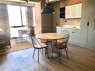 Una cocina con una mesa de comedor y sillas en Apartamento en venta en Barrio Laureles de una habitacion