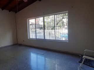 Una habitación con una cama y una silla en ella en Apartamento en venta en Bolivariana de una habitacion