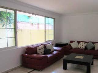 Una sala de estar llena de muebles y una gran ventana en CASA EN VENTA CARLOS ECHANOVE