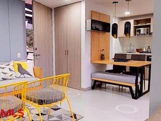 Una sala de estar con una mesa y sillas en Monteflor