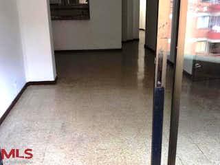 Una cocina que tiene un montón de cosas en el suelo en Bronce