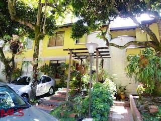 Un coche estacionado delante de una casa en San Silvestre