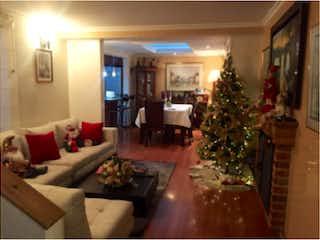 Una sala de estar llena de muebles y un árbol de navidad en Casa en venta, ubicada en Cedritos