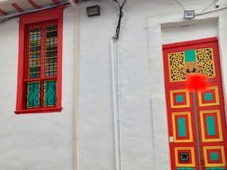Un edificio de ladrillo rojo con una puerta roja en Casa En Venta En Bogota La Candelaria