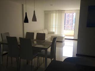 Una sala de estar llena de muebles y una ventana en Apartamento en venta en San Diego de tres habitaciones