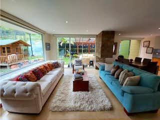 Una sala de estar llena de muebles y una gran ventana en Casa en venta en El Abra de 4 habitaciones