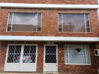Un edificio de ladrillo con una ventana y una ventana en Casa en venta en Casco Urbano Chía de 4 alcobas