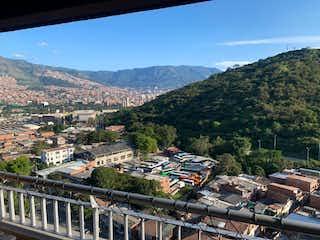 Una vista de una ciudad con montañas en el fondo en Se Vende Apartamento en Pilarica, Medellin