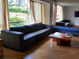 Una sala de estar llena de muebles y una chimenea en Venta de Apartamento en El Poblado La Tomatera