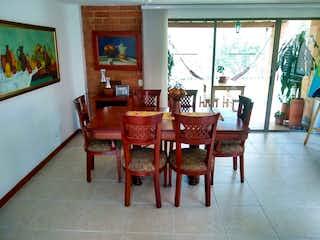 Un comedor con una mesa y sillas en Casa en venta en Suramérica de 306mts