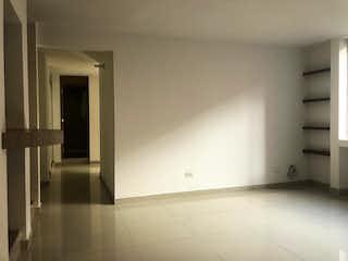 Un cuarto de baño con lavabo y un espejo en Apartamento En Venta En Bogota Galerias