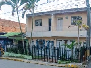 Un edificio con un árbol delante de él en Venta de casa en Castilla - Medellín