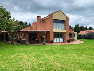 Una casa que tiene una casa en la hierba en Casa en venta en Hacienda San Simón, 273m²