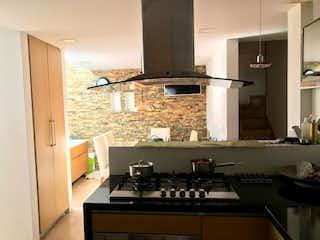 Una cocina con una estufa de fregadero y armarios en Casa en venta en Los Ángeles, de 145mtrs2