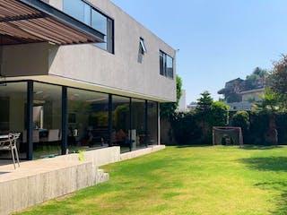 Una vista de una calle con un edificio en el fondo en CASA BOSQUES DE LAS LOMAS