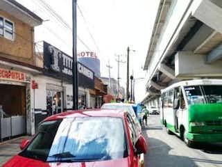 Un par de coches estacionados delante de un edificio en USO MIXTO 3 CASAS, 2 ESTUDIOS Y 5 LOCALES (Metro Nopalera) NEGOCIO SEGURO..!