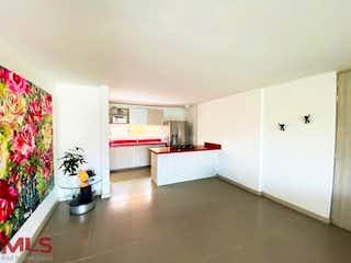 Una sala de estar llena de muebles y flores en Avalon