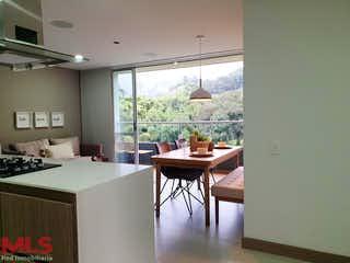 Una cocina con una mesa y una mesa en Nido