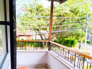 Un baño con una bañera y una ventana en Casa Unifamiliar en venta Envigado Los Sauces