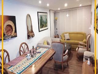 Una sala de estar llena de muebles y una mesa en Apartamento en venta en Barrio Teusaquillo de 3 hab.