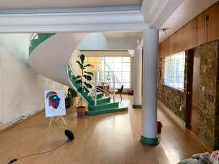 Una habitación llena de muebles y un suelo de madera en CASAS EN VENTA NARVARTE ¡Atención constructores!