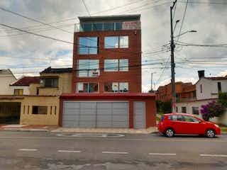 Un coche rojo estacionado delante de un edificio en Apartamento En Venta En Bogota Carabelas