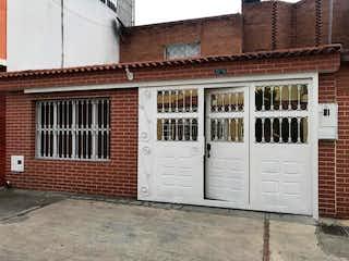Un gran edificio de ladrillo con un montón de ventanas en Casa En Venta En Bogota Las Dos Avenidas I Etapa