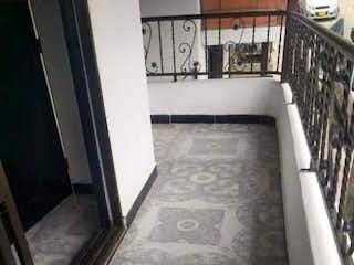 Una foto en blanco y negro de un tren en Apartamento De Segundo Piso 63m² En Venta Villa Del Sol Bello - Ant