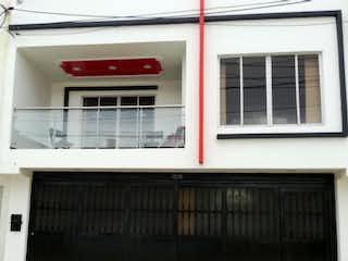 Un edificio blanco con una ventana roja y blanca en Casa En Venta En Bogota Alamos Norte