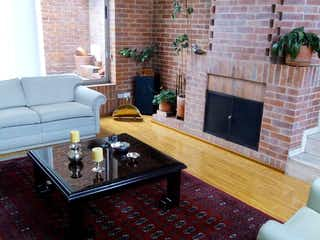 Una sala de estar llena de muebles y una chimenea en Casa
