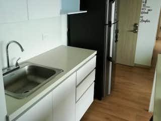 Una cocina con nevera y fregadero en venta Apartamento Sabaneta, Antioquia