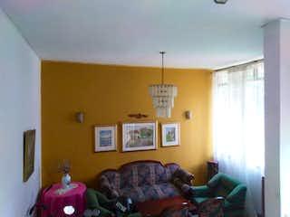 Una sala de estar llena de muebles y una ventana en CASA EN SIMON BOLIVAR UNIFAMILIAR EN PH