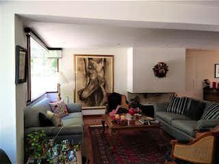 Una sala de estar llena de muebles y una chimenea en Casa En Venta En Bogota Santa Barbara