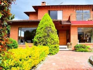 Un jardín se muestra con un jardín de flores en Casa en venta en Vuelta Grande 239m² con Bbq...