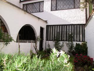 Un pequeño edificio con un banco delante de él en Casa en venta en Remanso Sur de 5 alcoba